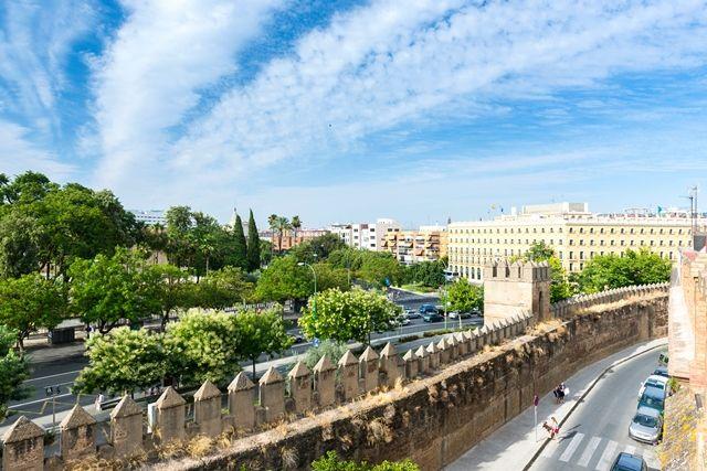 Vista exteriro desde la muralla de la Macarena, donde podemos ver la fachada de nuestro hotel junto con los jardines del Parlamento Andaluz.