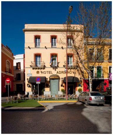 Fachada del Hotel Adriano situado en la calle homónima, en pleno centro de Sevilla.