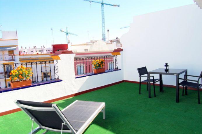 Terraza de habitación con vista a la plaza.