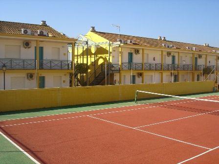 Zonas comunes ajardinadas,con piscina exterior y pista de tenis