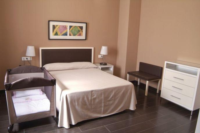 Junior Suite. Habitación cama doble con  2 dormitorios y cuna gratis.